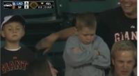 Il broncio del bambino deluso allo stadio di baseball, web e tv ridono