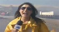 Doccia in diretta: l'elicottero antincendio centra la reporter