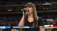 L'inno Usa cantato da Kelly Clarkson inaugura il SuperBowl numero 46