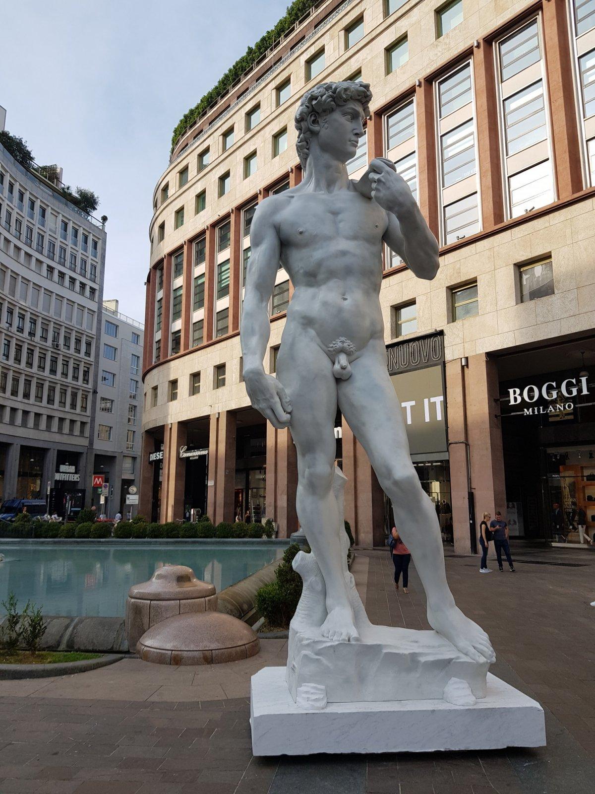 Sky porta il David in piazza a Milano, in attesa di Michelan