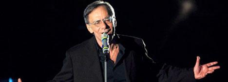 Sanremo '11, alla fine la spunta Roberto Vecchioni con ''Chiamami ancora amore''