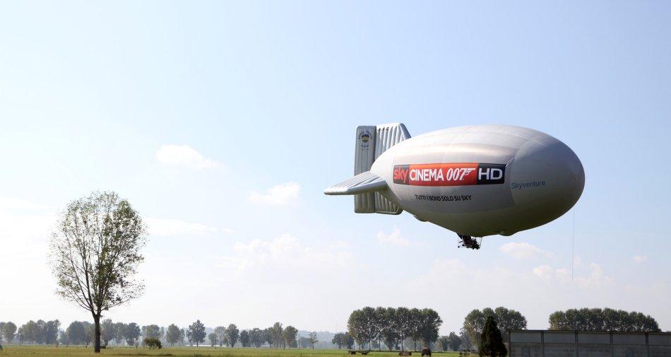 Un dirigibile attraversa il cielo di Milano per inaugurare Sky Cinema 007 HD