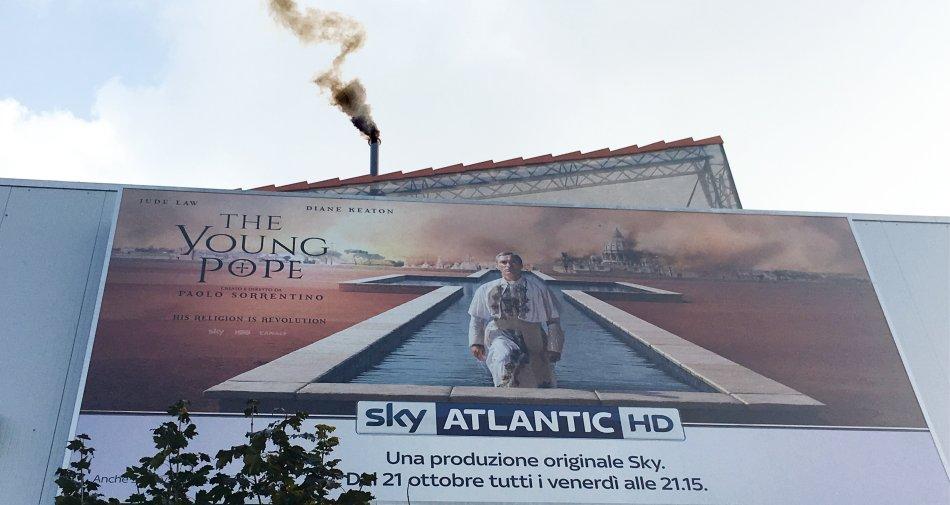 Fumata dalla sede Sky Italia a Milano Santa Giulia, domani è in arrivo The Young Pope