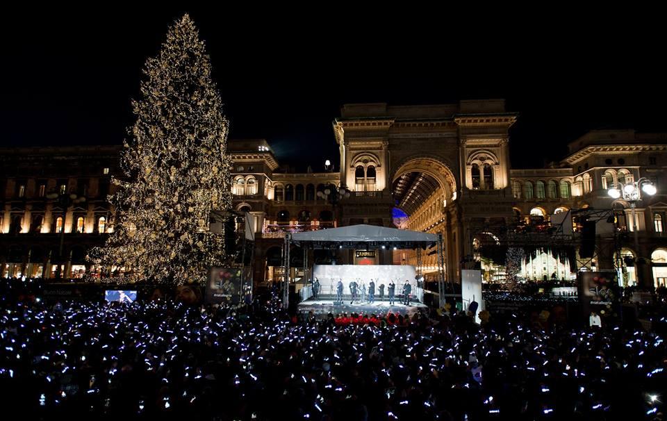 Albero Di Natale Milano.Milano Piazza Duomo La Festa Di Sky Accende Albero Di Natale Piu